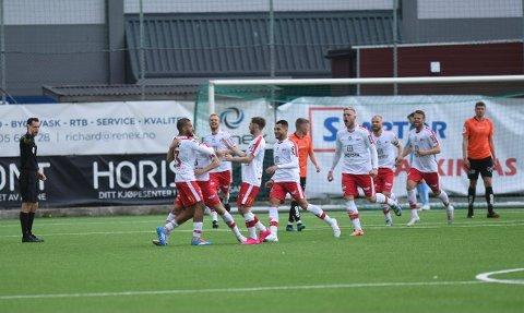 SEIER: FFK tok tre poeng borte mot Åsane. Her jubler rødbuksene etter 0-1-scoringen til Jakob Lindström.