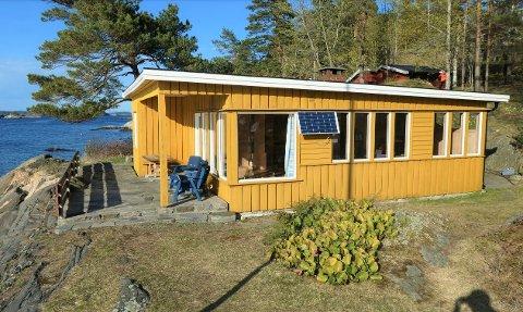 KAN BLI HISTORIE: Denne hytta på Arøy ønskes erstattet.