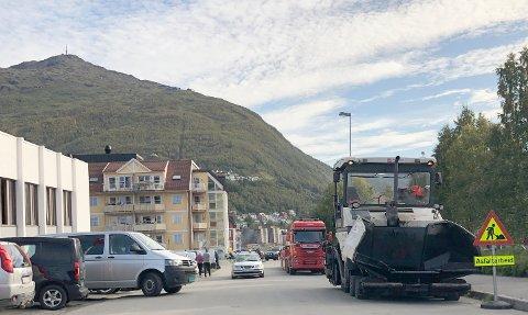 STORE MASKINER: Lastebiler og annet utstyr til asfaltering gjør at fremkommeligheten i sentrum er noe redusert i dag. Blant annet utenfor valglokalene i Menighetshuset.