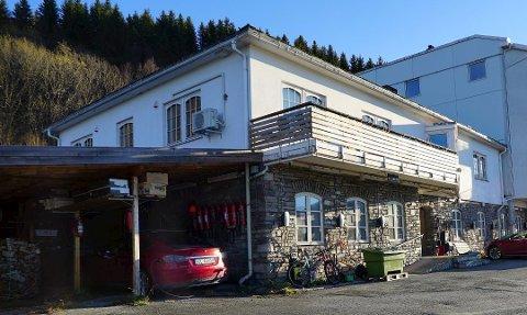 LUKKET OG LÅST: Siden februar 2019 har det ikke vært gjennomført operasjoner ved Øyeklinikken i Narvik. Den er nå stengt. Men fortsatt gjenstår det svar på mange spørsmål - og på prøver.