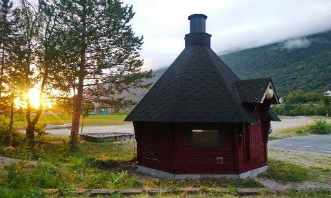 UTSATT FOR HERVÆRK: Grillbua i Beisfjord har blitt utsatt for hærverk flere ganger. Denne gangen var det ekstra ille.
