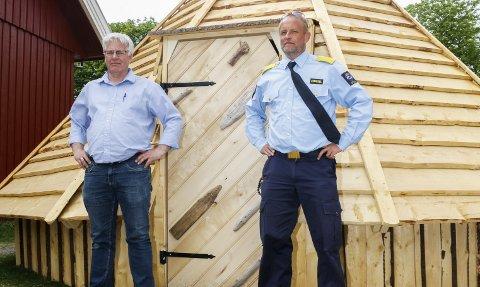STOLTE: Driftsleder Arne Brekke og fengselsleder Tom Eberhardt er stolte over det ferdige produktet. Fengselslederen mener produksjonen har bidratt til å knytte ansatte og innsatte tettere sammen.
