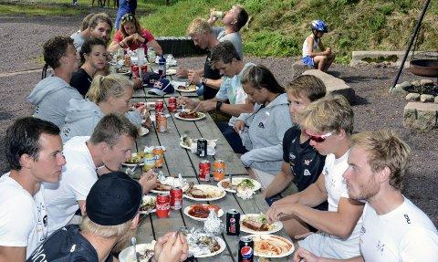 VM-ROERE: Langbord og grillmat på Tufte Gård. FOTO: VIDAR KALNES