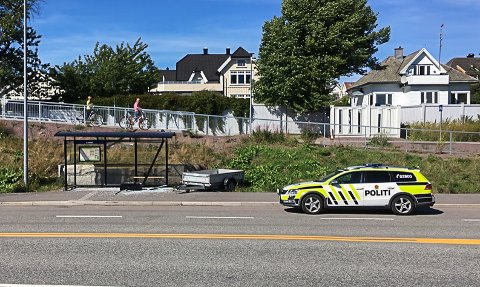 KNUST: Denne tilhengeren løsnet fra en bil og smalt inn i busskuret, som ble knust.