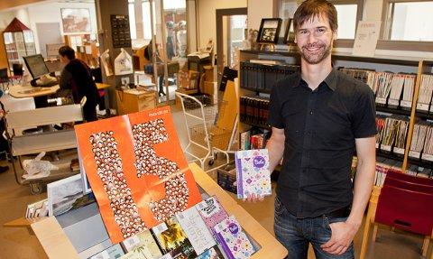 Bjørn Veen på Gjesdal folkebibliotek kan fortelle at barn og unge stadig låner flere bøker.