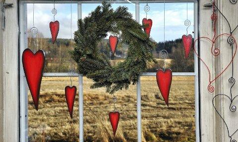 JUL I ALLE HUS: Mange samfunnshus og grendehus arrangerer i disse dager julemesse eller marked. Her er et koselig julevindu fra Galteruds marked et tidligere år.foto: jens haugen