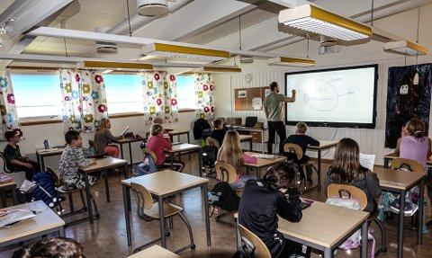GÅR BRA: Lærer Torkel Moberg i gang med undervisningen i sin klasse på Jara. – Dette fungerer veldig bra i forhold til de restriksjoner som gjelder, sier han.