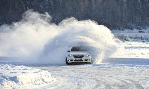 Isbanen: Full aksjon på Losna isbane. Bildet er fra kjøring på Lågen-isen for to vintre siden. Foto: Torbjørn Olsen