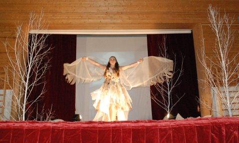 Mette Madsen Regland åpnet showet med spredte vinger og en kjole inspirert av Sigrid Undset og en lerke.