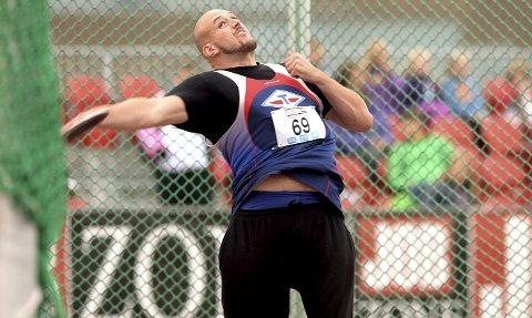 Lesjingen Fredrik Amundgård kunne blitt 2,20 meter, men en hormonkur stoppet veksten på 2,10. Begge foto: NTB scanpix