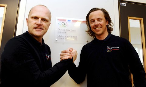 Jostein Buraas, daglig leder i Olympiatoppen Innlandet, ønsker Mikko Kokslien velkommen på laget. Foto: Hans Bjørner Doseth