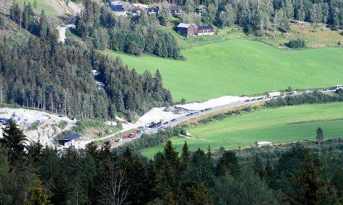 Det er lange køer i begge retninger etter ulykken ved Trøståker i Fåvang.