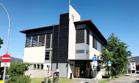 Straffesaken mot den overgrepstiltalte 79-åringen, foregår i tinghuset i Lillehammer, selv om den formelt holdes i Nord-Gudbrandsdal tingrett.