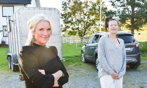 NABOER: Siri Standal og Anya Bratberg er gode naboer i Åsmarka og i tillegg partifeller. Frontene blir dog steile når saken om skolestruktur i Nordre Ringsaker blir tema da duoen er samlet hjemme hos førstnevnte i Åsmarka.