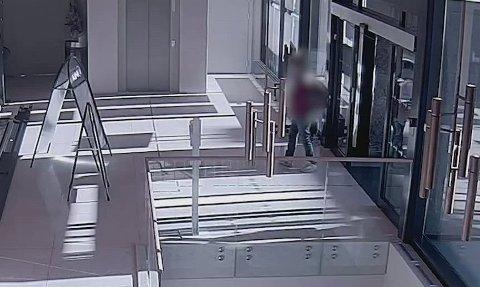 Overvåkingsbildene viser denne mistenkte mannen.