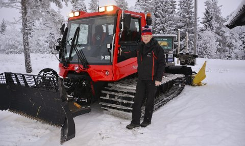 LANG ERFARING: Sigmund Hamar fra Brandbu har mange vintrer bak seg som løypekjører på Lygna. Den første maskinen kjøpte han for egne penger. Han håper på løyper til helga.