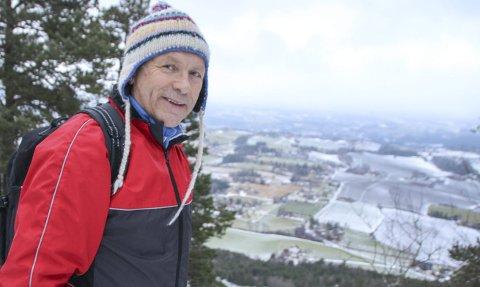 KJENT UTSIKT: Gransordfører Willy Westhagen (64) svarte sporty på invitasjonen til å ta en tur opp Sølvsberget samtidig med årets ordførerintervju. Han bor selv ved foten av den gamle vulkanen i Tingelstad og er således godt kjent i området.