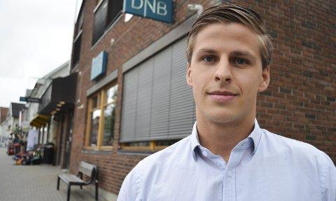 NYUTDANNET: Simen Lokrheim (23) har en bachelorgrad i eiendomsmegling. Nå jobber han hos DNB Eiendom i Gran.
