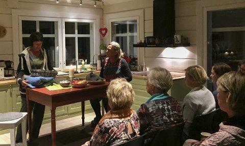 NÆRT PUBLIKUM: «Natta mamma» ble spilt på kjøkkenet hjemme hos Kirsten Jåvold Hagen i fjor høst. Nå flyttes handlingen til vaffelhuset på Hadeland Glassverk.Arkivfoto
