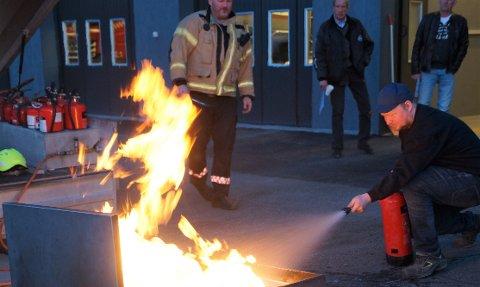 INSTRUKSJON: Jon Anders Wirstad fikk instruksjon av Leif Jørgen Grangaard hos brannvesenet.