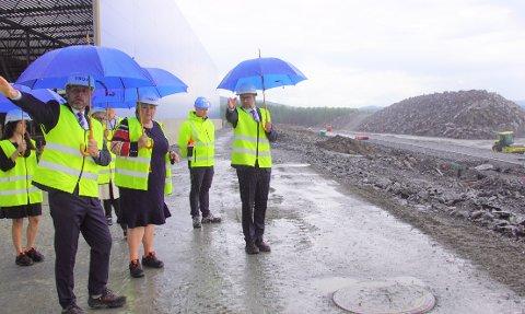 VIST RUNDT: Administrerende direktør for Trox Auranor, Peter Søderskov og produksjonssjef Tormod Grindstad guidet Erna Solberg rundt.