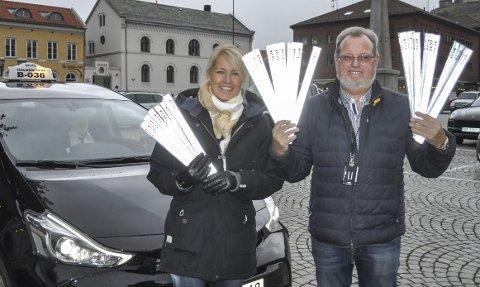 SYNLIG: – Alle drosjepassasjerer – og andre – skal være synlige i mørket, sier Marit Holm Karlsen fra Loxy AS og daglig leder i Halden Taxi, Bent Skogli.