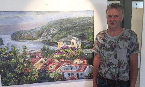 Odd Sæthre: Her med et av maleriene som er klare til utstillingen. Lørdag klokka 12.00 er det vernissasje i Galleri Rød på Rød Herregård. Foto: Privat