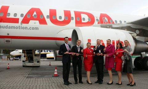 FØRSTE TUR: Mandag presenterte Lauda de østerrikske fargene på Torp, her er crewet sammen med Tine Kleive-Mathisen.