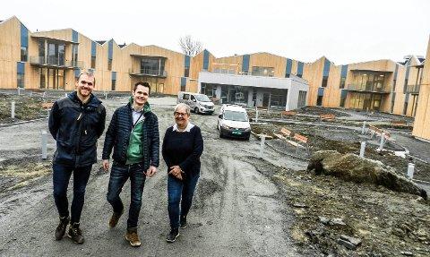 LAGARBEID:  Nå smiler de fornøyd, kommunens Bjørn Marius Sørensen, Solid Entreprenørers Øyvind Harridsleff og kommunens Inger Olsen.