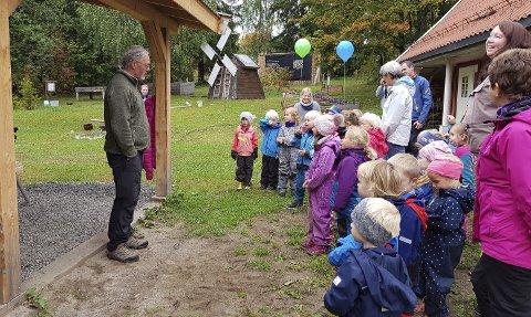 ÅPNET: Leder for naturskolen, Knut Monsen, fikk åpne «Spirehuset» foran barna fra Klukhagen barnehage. Nå er huset åpent for kommunens skoler og barnehager.
