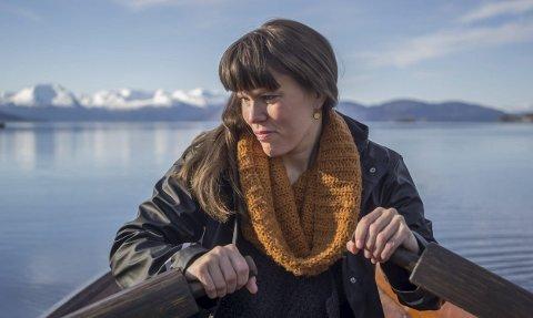 FRÅ VESTt: Benedicte Maurseth er ein av fem utvalde særprega folkemusikarar som bidrog til  jubilieumstingingsverk for Riksscenen. No vert det framførd under Festpillene i Bergen.