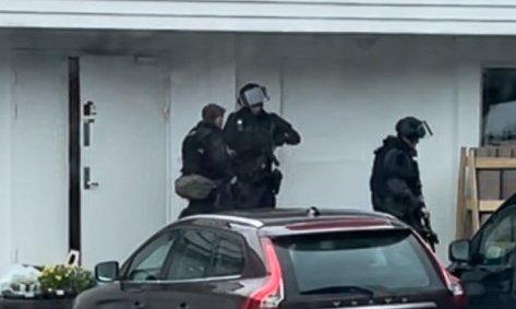 Politiet aksjonerte i Kinsarvik då ransalarmen til Sparebanken Vest vart løyst ut fredag. Rundt ti personar frå politiet tok del i aksjonen. Foto: Privat