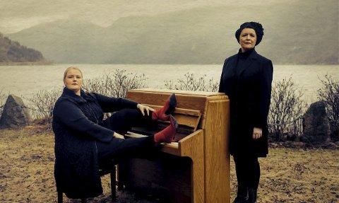 Saman om RIT: Inger-Kristine Riber og Reidun Horvei er på turné med nyskrive musikk til Olav H. Hauge sine tekstar. Foto: Oddleiv Apneseth