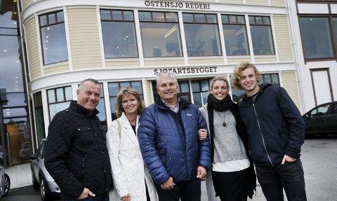 SAMLET: Fem blad Lothe på gamle familietrakter. Fra venstre: Sverre Meling, Marit Lothe, Knut Lien, Katie Evans Lothe og Sjur Lothe.