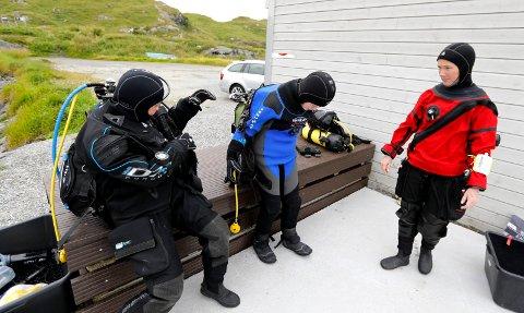 Malin Rasmussen (23) og Ane Byrkjeland (13) får opplæring fra instruktør May Jakobsen.