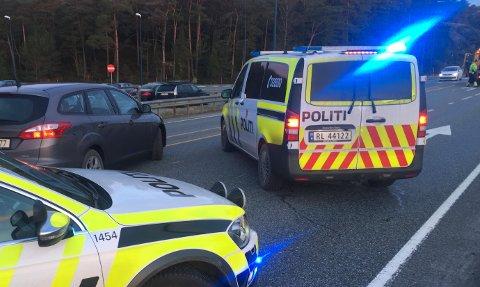 KRASJ: Politiet på stedet i det bilene ble fjernet. Bilen til venstre i bildet er en sivil politibil.