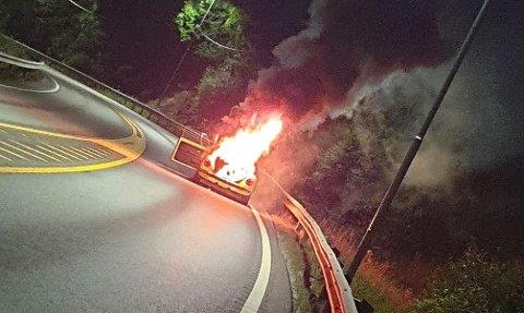 KRAFTIG BRANN: Det brant kraftig i bilen før nødetatene kom fram til stedet.