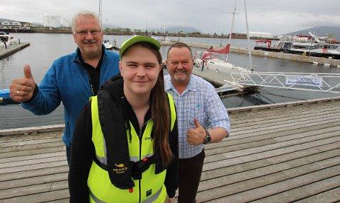 Richard Andresen er en av to havneverter i Sandnessjøen i år. Her flankert av iniativtaker Magne Skipnes (til v.) og Sverre Knut Andresen i Alstahaug Næringsforening.
