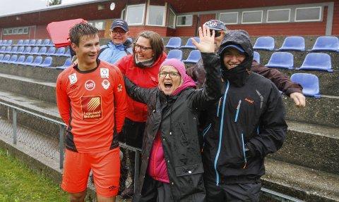 Jon Magnus Tangen (17) debuterte i mål og hadde tre-fire matchvinnende redninger da Glimt presset som verst. Her er familien framme etter kampen og gratulerer Jon Magnus. Foto: Per Vikan