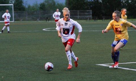 Malin Nevervei er tilbake på Halsøy IL, og i høst har hun bidratt godt i plasseringsspillet. Mot Fauske/Sprint ble det et straffemål og et spillemål.