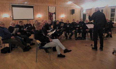 Øvinger foran konsertene er svært viktige, og mannskoret tar sitt ansvar alvorlig. 27. april kan du møte dem i Kulturbadet i Sandnessjøen.
