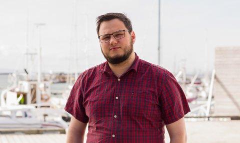 FIKK NOK AV TOMPRATET: Twitter-kontoen som nå heter «VyNotTravel» ble startet og drives av Jonas Ali Ghanizadeh som en reaksjon på svadauttalelser fra offentlige virksomheter. Vy liker ikke hans bruk av deres merkenavn og logo.