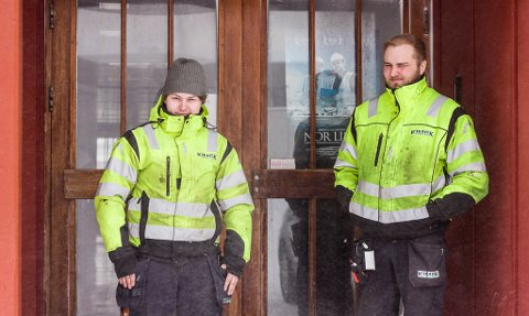 AVDELING I VADSØ: Eirik Noste (21) fra Nesseby og Even Andreas Benjaminsen (28) fra Vadsø våget seg ut en tur i det voldsomme været i Vadsø denne onsdagen. De er ansatte i Kimek, og jobber fra montørstasjon i Vadsø.