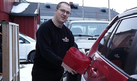 I BRESJEN: Gaute har selv lenge kjørt hybrid som drosjesjåfør. Nå jobber han for ladere ved taxiholdeplassen og flyplassen.