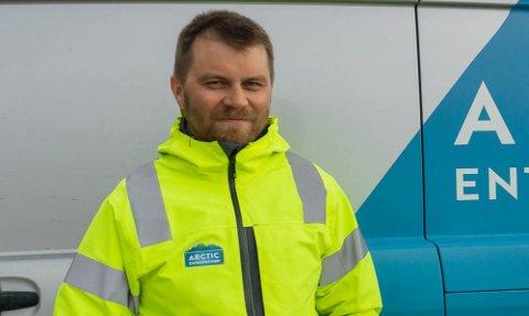 FORNØYD: Daglig leder i Arctic Entreprenør AS, Stian Sørli, sikret seg en kontrakt med Forsvarsbygg i hjemkommunen.