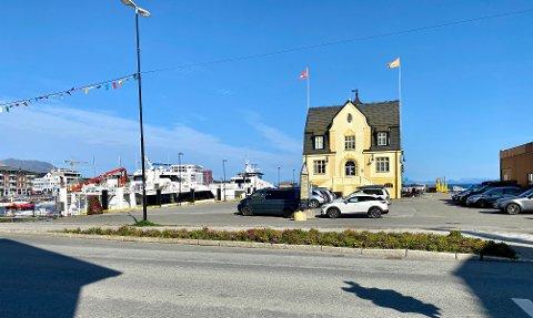 KNUTEPUNKT I HARSTADPAKKEN: I området skal det være plass til 30 biler inkludert taxi. Når hurtigbåten ankommer og folk skal av og på, frykter flere politikere at det blir trangt. I tillegg forsvinner parkeringsplassene langs Sjøgata.