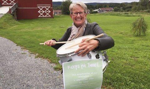 SLÅR PÅ KORPSTROMMA: Festivalgeneral Ingrid Østlid inviterer til Korps på tunet på Aur prestegård søndag. foto: Roger Ødegård