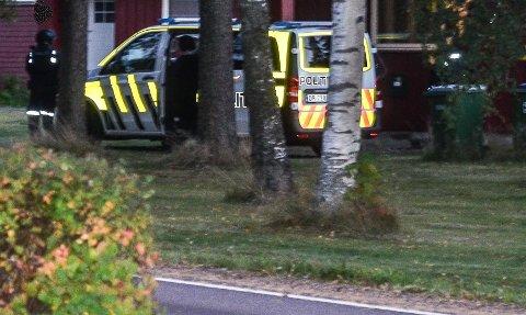 AKSJONERTE: Klokka var rundt 20 lørdag kveld da politiet gikk til aksjon mot den antatte gjerningsmannen på en adresse i Aurskog.