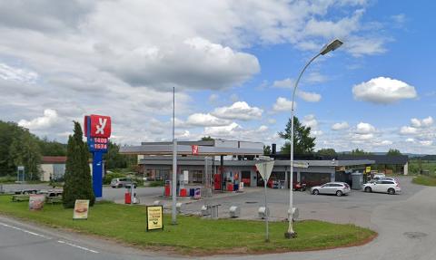 Mannen er blant annet tiltalt for å ha stjålet en polettmaskin fra YX Aurskog og en bil fra samme område. Foto: Google