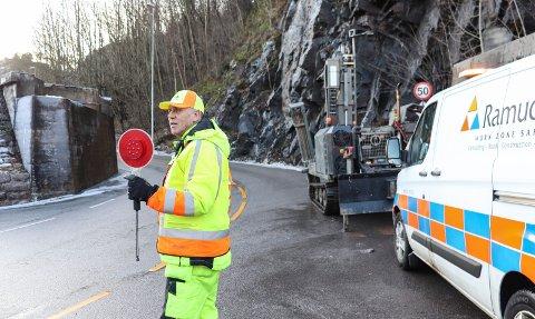 HOLDER ORDEN: Kjetil Evensen dirigerer trafikken mens det tas prøver av grunnforholdene.